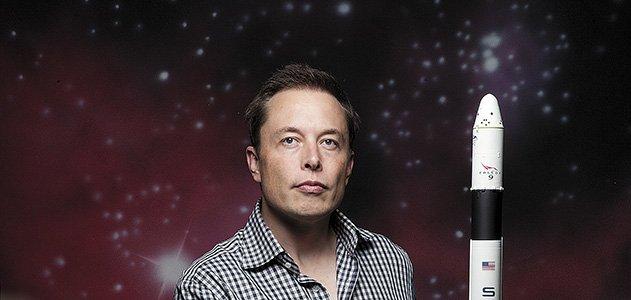 """Elon Musk, asi es como se llama este multimillonario que es el dueño de Solarcity y Tesla, quien tiene como objetivo hacer que la raza humana pueda vivir en otros planetas como Marte, es por ello que el primer paso que quiere dar es llevando a los hombres y mujeres hacia este planeta. Para este proyecto se requiere de una suma de 10.000 millones de dólares, algo que para Elon Musk no es tanto problema.  El multimillonario que busca llevar a la raza humana a Marte  Como el multimillonario afirma, este proyecto de llevar a las personas hacia marte tendrá lugar dentro de 10 años, aunque claro, las cosas deben marchar de forma correcta, es decir, sin ningún tipo de complicación. Además, admite que al primera misión será bastante difícil, ya que las personas que viajen deben estar totalmente listas para enfrentarse a cualquier suceso, incluso la muerte.  Se dice que los pasajes a Marte costarán en un principio alrededor de los 200 mil dólares, pero estos pueden bajar con el pasar de los años hasta la mitad, es decir, 100 mil.  La idea de esto es que se vuelva un viaje divertido, donde las personas deben estar felices de lo que están haciendo, además, la nave espacial podrá albergar 100 personas. Como si fuera poco, el magnate pretende que dentro de 40 a 100 años se llegue al millón de pasajeros con destino a Marte, lo único que podemos decir es que habría que esperar a ver que pasa. Se estima que el viaje al planeta rojo puede durar unos 115 días, aunque claro, con el avance de la tecnología, el viaje puede acortarse notablemente a un mes o incluso menos.  En uno de sus comentarios, Elon Musk habló acerca de la radiación y dijo: """"Existe el riesgo a la radiación, pero creo que esto no será un problema complicado. Es más, cuando las personas lleguen a Marte la radiación se reducirá a la mitad, ya que el planeta está protegido ante esto, así que esto no será una complicación de la cual nos tenemos que preocupar"""".  Para poder financiar las misiones para ir a Marte se tiene q"""